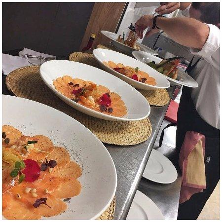 Benalup-Casas Viejas, España: Carpaccio de salmón marinado con langostinos e hilos de verduras y frutas en jugo de limón ...