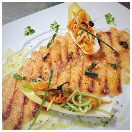 Benalup-Casas Viejas, España: Carpaccio de salmón con endivias rellenas y ensalada thai.