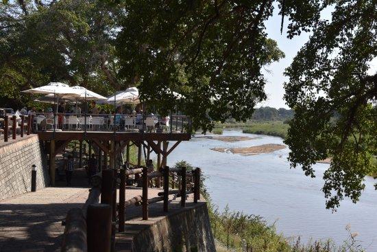 Skukuza, Güney Afrika: Restaurant patio overlooks the Sabi River