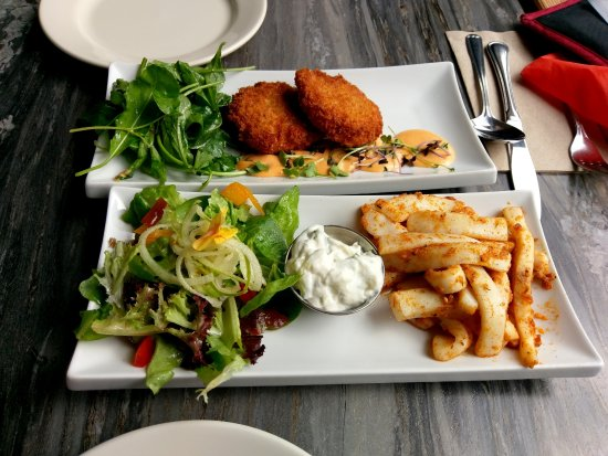 Tree Frog Bistro: Two of our delicious starters - crabcakes and humboldt squid