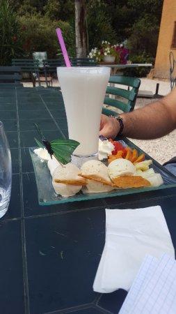 Ansouis, Francia: Milkshake à la vanille avec 3 boules, goût pistache, cacahuète et nougat, avec fruits et nougati