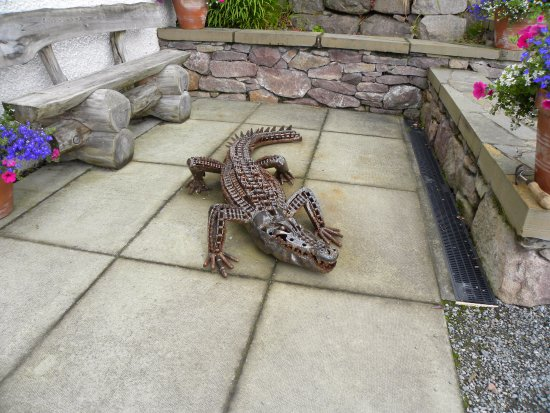 Rhue, UK: The alligator standing guard near the door (not part of the art of James)
