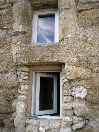 Aurons, فرنسا: fenêtres des chambres