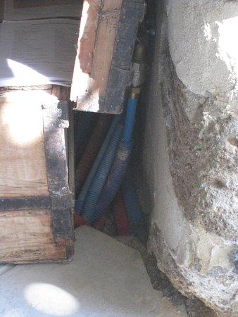 Aurons, فرنسا: tuyaux à cacher
