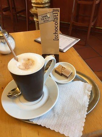 Fuerth, Γερμανία: Hot caramel chocolate and delicious chocolates