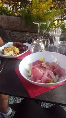 Ansouis, Frankrig: Raviolis ricotta, tomates séchées et fraîches, jambon cru. Magret de canard, gratin de courgette