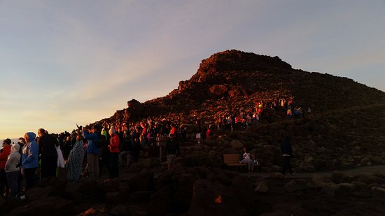Paia, Hawaï : sunrise on Haleakala viewers