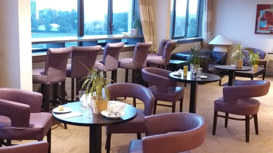 Hilton Strasbourg: Nicht gereinigte Lounge 16:30