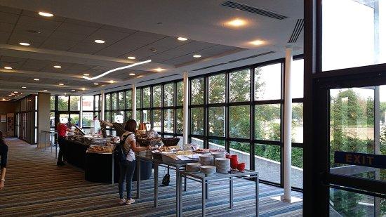 Hilton Strasbourg: Frühstücksbuffet wie auf einen Strassenfest
