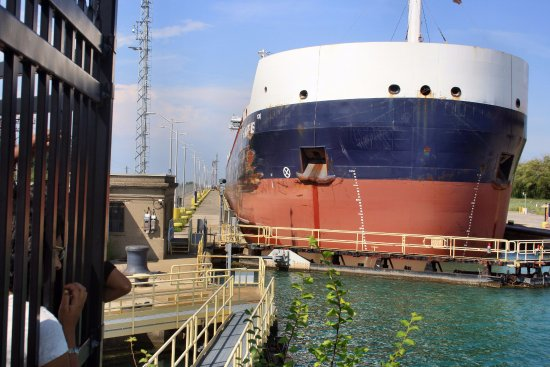 Welland, Canada: Boat coming through the gates.
