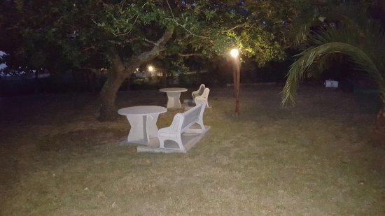 La Costera: Zona jardín, con mesas, donde pueden hacer sus meriendas, con los más peques por ejemplo.