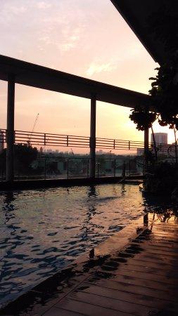 Sarang Mas Vacation Home: piscine au coucher du soleil