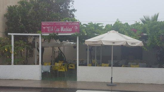 """Ida """"Can Machino"""": Exterior del restaurante en día de lluvia."""