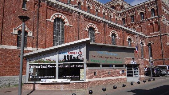 แอลเบิร์ต, ฝรั่งเศส: L'entrée du musée. Parking gratuit devant la cathédrale. Sortie... surprise !