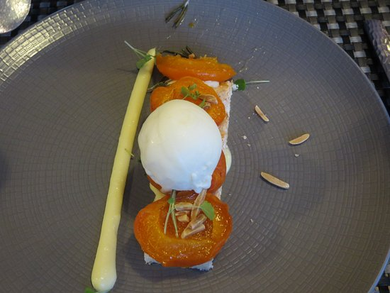 La Chaize Giraud, France: Abricots rôtis au romarin, biscuit dacquoise, glace annanas