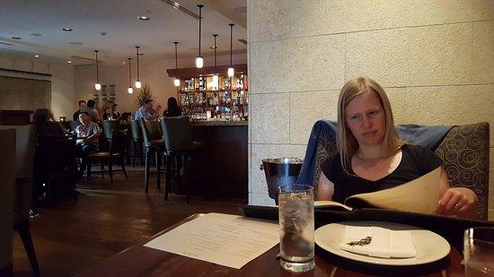 Los Gatos, CA: Even het menu doornemen (met de bar op de achtergrond)