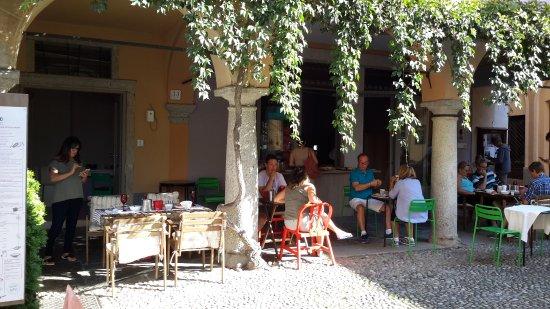 Hotel Aracoeli : Colazione sotto il porticato
