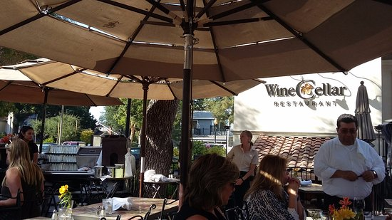 Los Gatos, Kalifornien: Het terras van het Wine Cellar restaurant