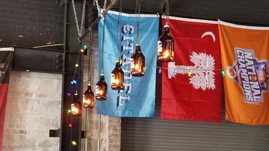 Summerville, Carolina del Sur: Growler Lights above bar