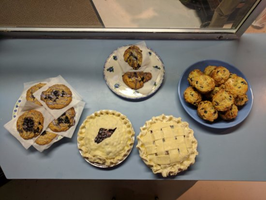 Columbia Falls, ME: Oh yeah, bakers offer delicious desserts. Not all shown. With personal artistic twists daily.