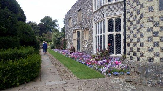 Bexley, UK: House side flower bed