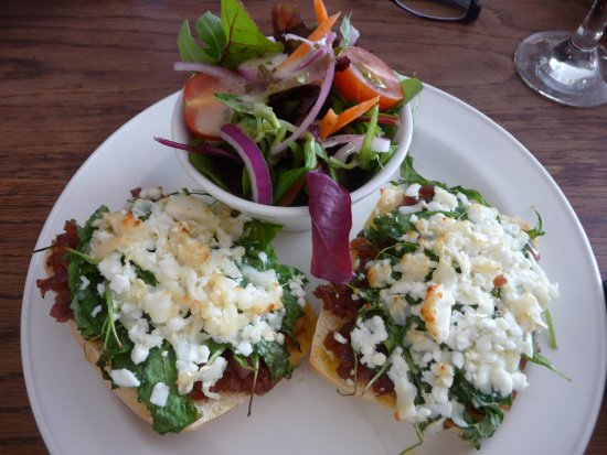 Stoke Ash, UK: Onion and goats cheese open sandwich