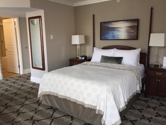 Magnolia Hotel And Spa: Queen room facing street