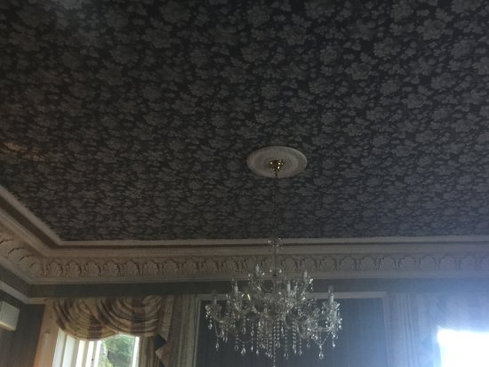 Dungallan Country House: Bar/lounge area ceiling