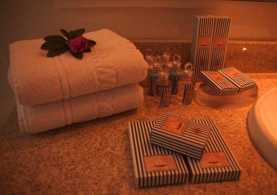 Ponta das Canas, SC : Baño, incluye toallas y productos de baño.