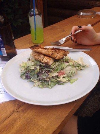 Roznov pod Radhostem, Tsjechië: Salát s kuřecím masem.Všimněte si opravdu obrovské porce kuřecího!