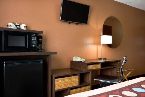 Mount Vernon, IL : Each room has a flat screen TV, mini fridge, microwave, and coffee maker.