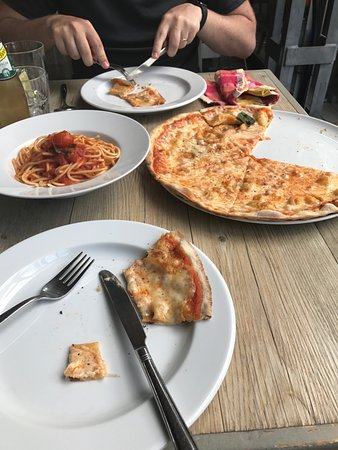 Pizzeria Casavostra: Awful food and service!
