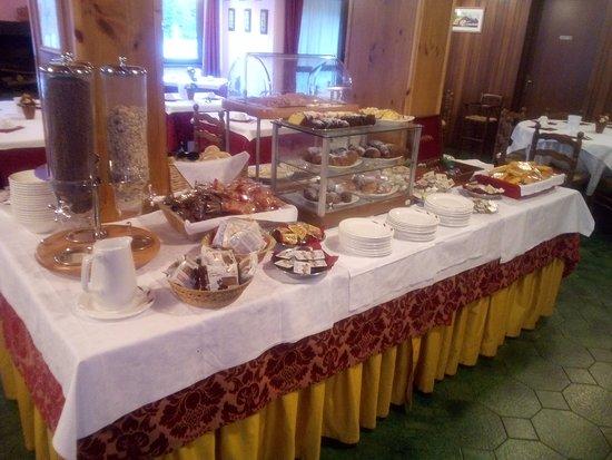 The Pioneers Hotel : Tavolata del buffet colazione: lato dolce