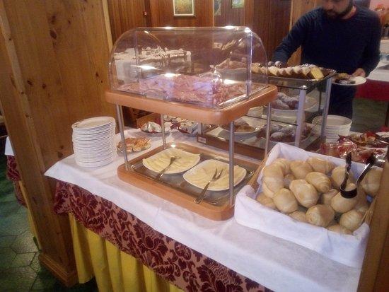 The Pioneers Hotel : Tavolata del buffet colazione: lato salato