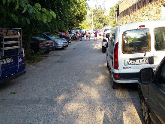 Casas Del Monte, Spagna: Lleno de coches y sin parking disponible. La gente aparca en doble fila y hay que maniobrar si e