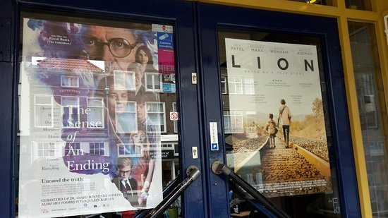 Luxor Filmtheater Zutphen: blue doors with ads for good movies