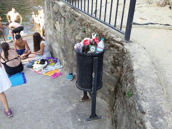 Casas Del Monte, Spagna: Suciedad y basura por todos los lados