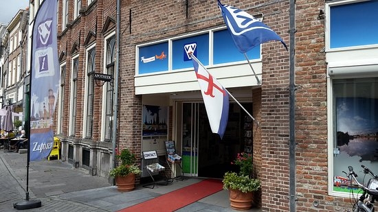 VVV Zutphen (tourist information): entrance with flags