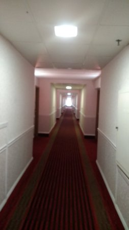 Cedar Rapids, IA: Looking down long hall from elevator. Lower number rooms are closer to the elevator