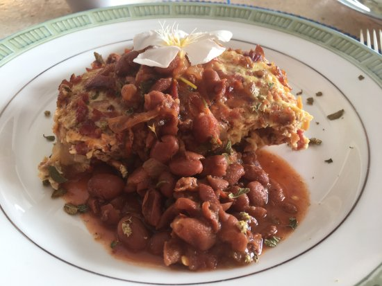 Villa La Bella: Substantial breakfast main dish with egg, bacon, and beans.