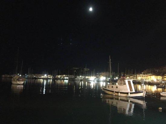 Pireo, Grecia: Pire Limanı (Port of Piraeus) gece görüntüsü - Atina