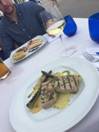 Restaurante Aquarium: Jag åt grillad tonfisk och mitt sällskap åt bläckfisk. Ingen utav oss blev imponerade. Maten sma