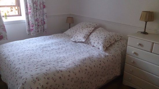 Newton Stewart, UK: The pretty and welcoming bedroom - very comfy bed!