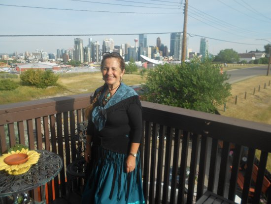 City View Bed And Breakfast: Micheline with the Saddledome and Stampede Park in the background