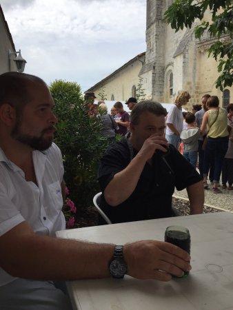 Courcoury, France: Petit verre en terrasse pendant la fête de l'oie du 15 août, en présence de l'incontournable che
