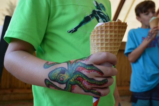 Eagle River, WI: Kiddos can get Ice cream at the ice cream shop before or after their cruise. Tattoo's and all!