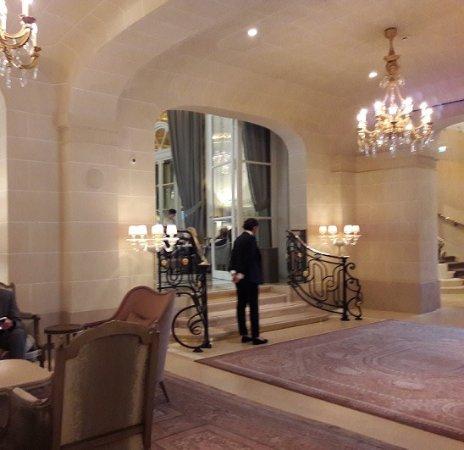 Escalier d\'accès au salon de thé - Picture of Hotel de Crillon, A ...