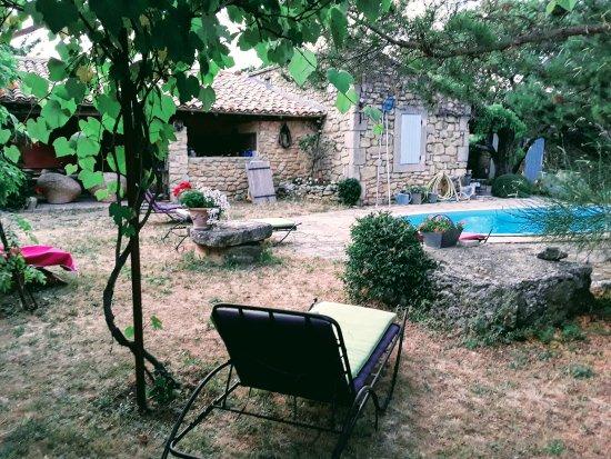 Viens, France: Piscina, cucina esterna e camera azzurra