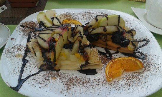 Sarbinowo, Polen: Naleśniki z twarożkiem owocami i polewą czekoladową