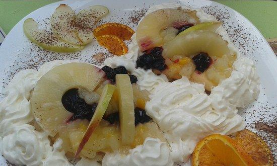 Sarbinowo, Polen: Naleśniki z owocami i bitą śmietaną
